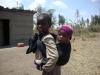 Bambino in attesa della scuola di Karansi